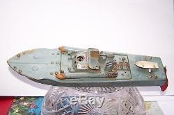 Bateau de bassin, marque GIL, type V 22, dans son jus, moteur mécanique
