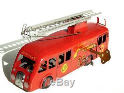C. I. J Camion de pompier mécanique de premiers secours