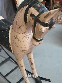 Cheval en bois à bascule rose poudré et noir