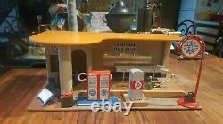 Garage Azur en bois avec quelques accessoires