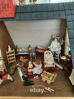 Imposante maison de poupée mignonnette des années 80. Très nombreux accessoires