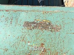 Jouet ancien Ancienne Voiture à pédales en tôle dans son jus de grenier