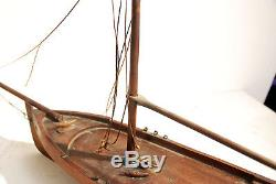 Maquette flottante VOILIER DE BASSIN. Ancien. CANOT acajou 19 eme