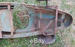 Rare voiture à pédales ancienne dans son jus (sortie de la grange)