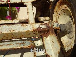 Voiture à pédales peugeot 404 euréka à restaurer jouet ancien tôle
